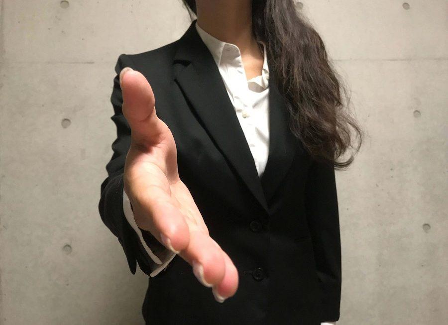 握手を求められる
